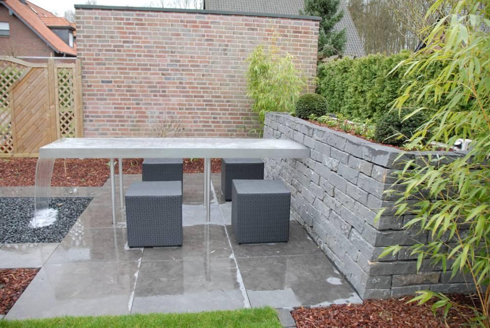 kleiner Garten mit Wassertisch  Galabau Mähler