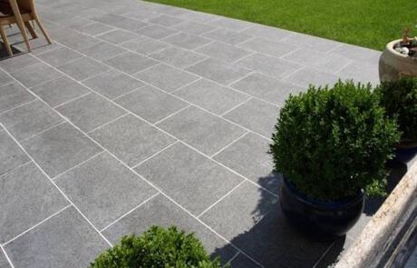 Terrasse aus Basaltplatten