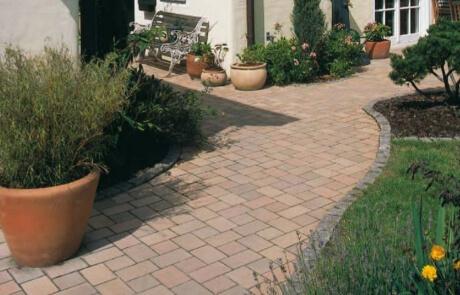 Betonsteinpflaster mit Granitbänderung