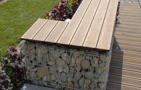 Steinkorb mit Bambusholz als Sitzfläche
