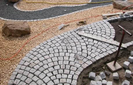 Granitpflaster Wegeführung im Schuppenverband