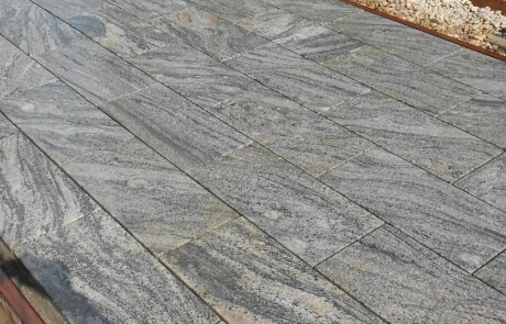 Natursteinplatten aus Kiruna Granit mit kräftiger Maserung