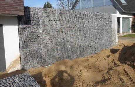 Gabionen als Stützmauerwerk mit Basaltsteinfüllung