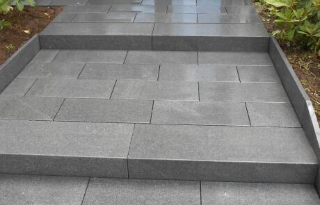 Hauseingang aus Padang Granitplatten und passenden Blockstufen