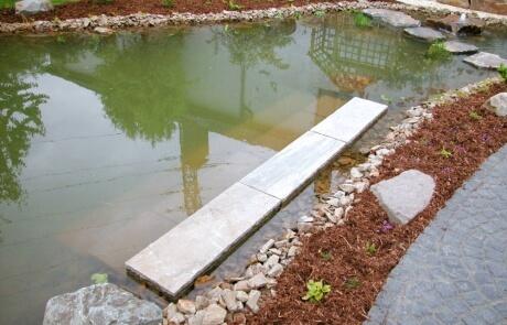 Naturteich mit Sitzstufen in Wassernähe