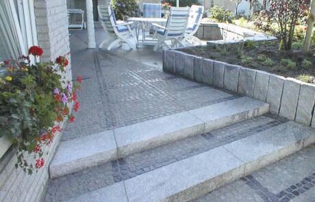 Natursteinpflaster aus Granit Mosaikpflaster und Basaltpflaster kombiniert