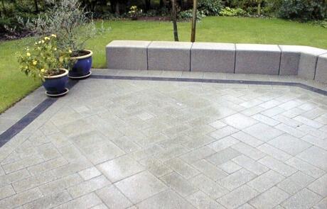 Terrasse aus geschliffenes Betonsteinpflaster Farbe: grau