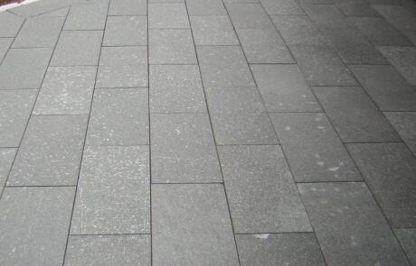Terrasse aus Gneis Natursteinplatten, einer der härtesten Natursteine