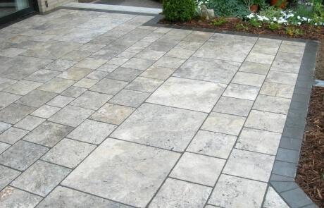 Terrasse aus grauen Travertin Natursteinplatten