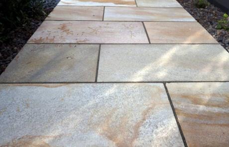 Gartenweg aus Sandsteinplatten