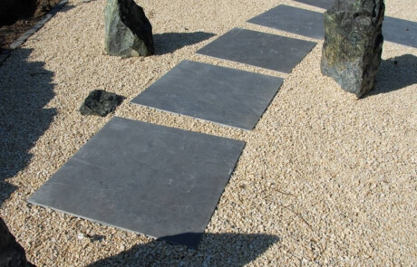 Schrittplatten aus anthrazitfarbigem Kalkstein