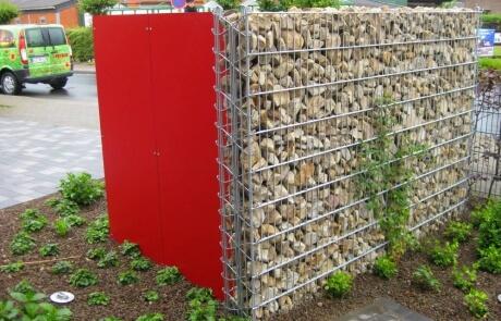 Steinzaun mit rotem Resopal kombiniert