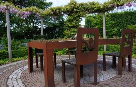 Tisch mit Dachbegrünung aus Cortenstahl