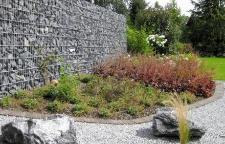 Steinzaun als Sichtschutz für eine Terrasse
