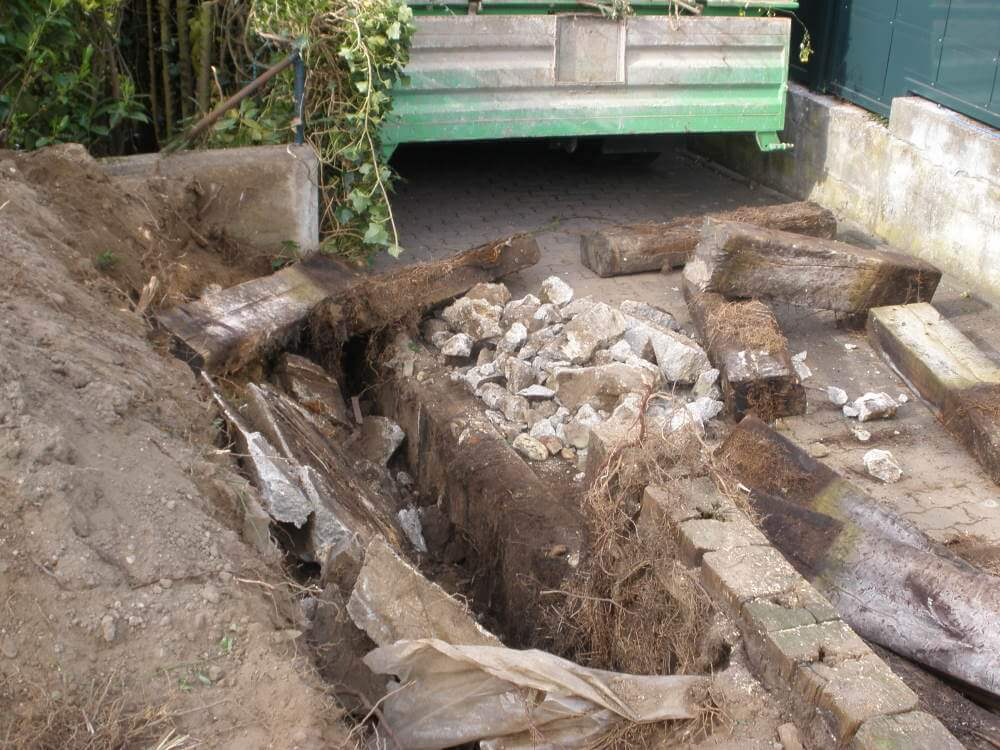 Die alte Grundstückseinfassung wird entfernt